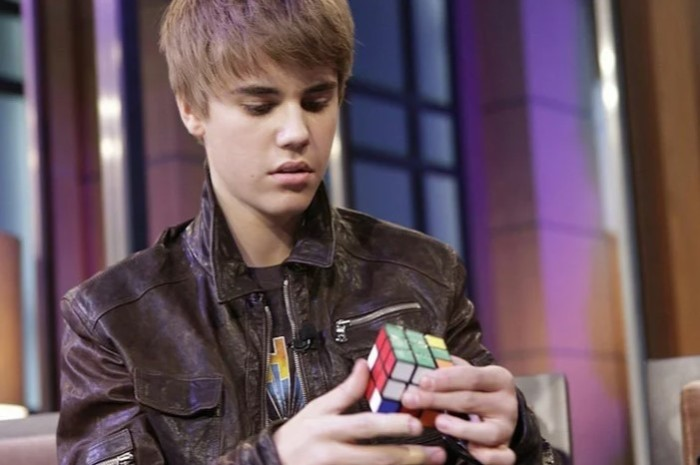 Бибер часто носит с собой кубик-рубик.