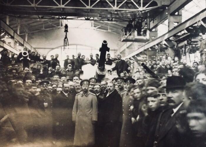 Император во время визита на завод.