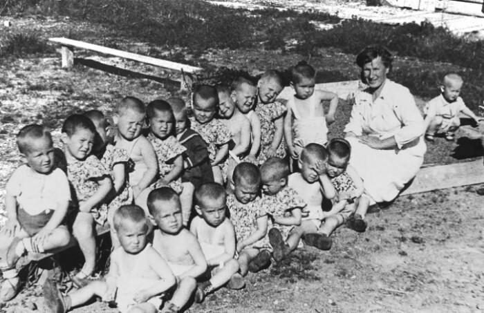 Подросших детей из лагеря увозили в детдома.