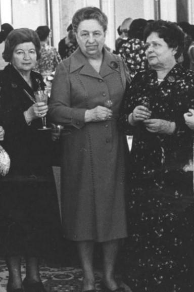 Типичный советский наряд.