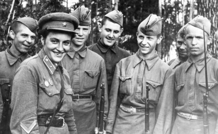 Людмила с боевыми товарищами.