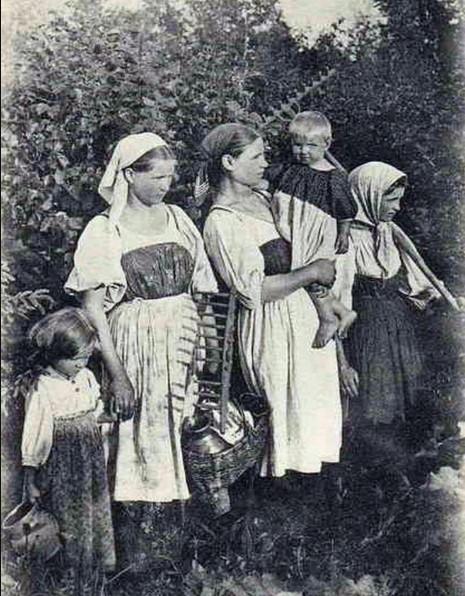 Молодым девушкам, даже наличие младших братьев и сестер не мешало и работу по дому успеть, и на гулянки сходить.