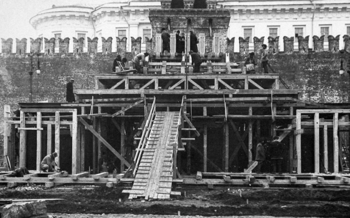 Первый Мавзолей был деревянным.