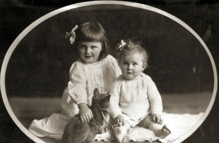 Ева Браун со старшей сестрой.