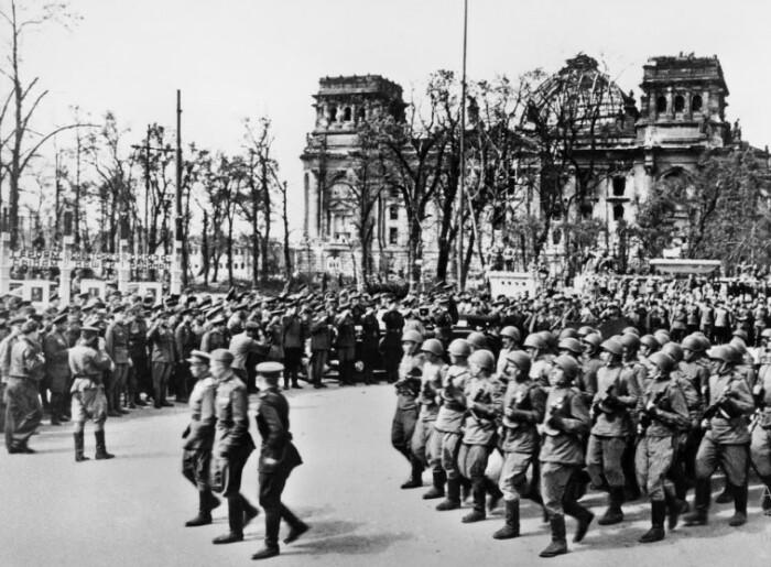 Парад во взятом Берлине.