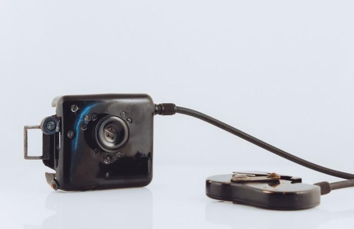 Миниатюрная камера и пульт от нее.