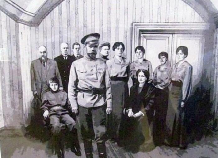Императорская семья в Екатеринбурге.