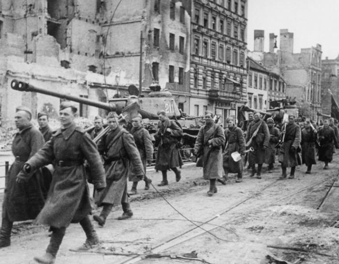 Пройти горделивым шагом по завоеванному Берлину мечтали не только красноармейцы.