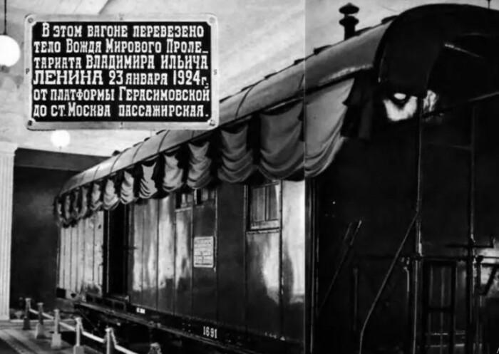 Другой поезд, который тоже перевозил тело вождя такой участи не постиг.