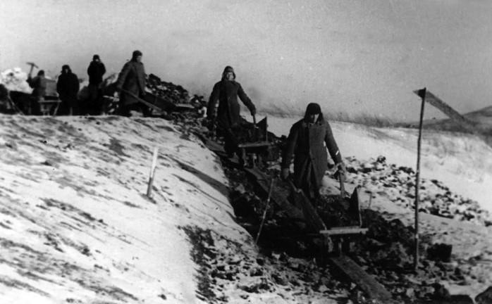 Тяжелые условия труда были одной из причин восстания.
