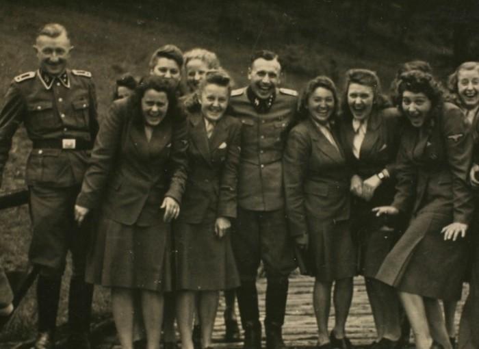 Самим фашистам было запрещено иметь отношения с дамами из числа заключенных, для этого были сослуживицы.