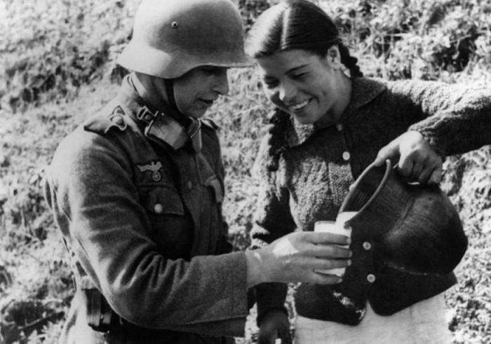 Крымская татарка и немецкий солдат.