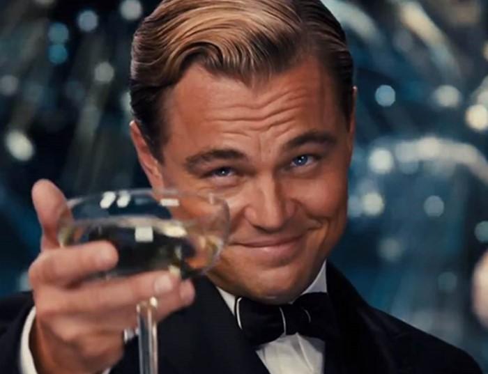 Просто красавчик с бокалом шампанского.