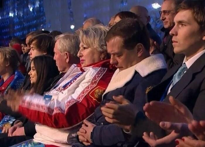 После этого случая Медведева то и дело пытаются подловить спящим.