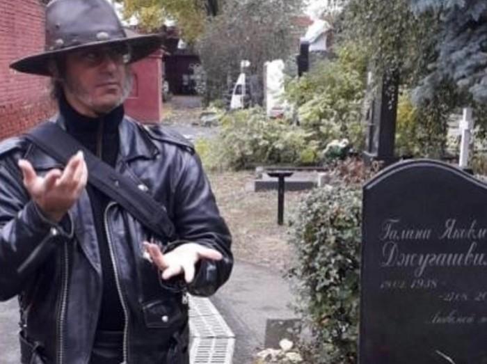 Правнук Сталина у могилы матери.