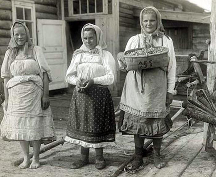 Нередко жили по 3-4 семьи в одном доме.