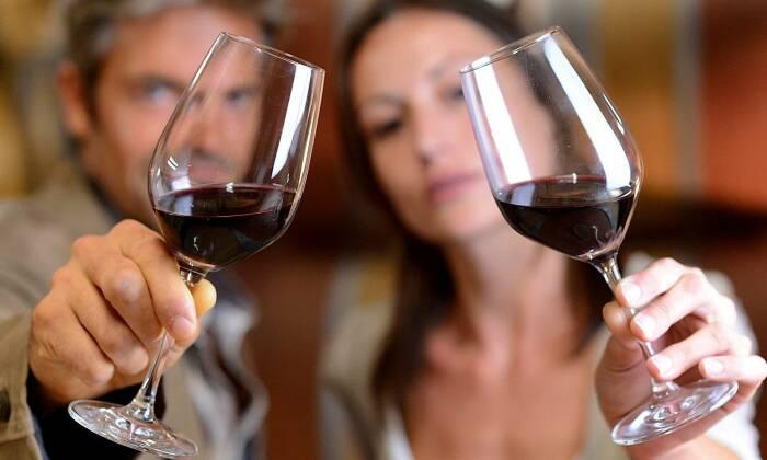 Есть суеверие, что мужу с женой нельзя чокаться бокалами, особенно в самом конце