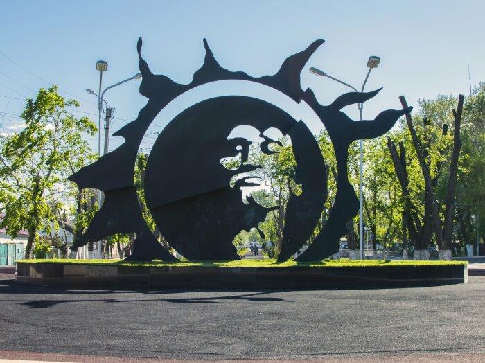 Оригинальный памятник украшает сквер имени Виктора Цоя
