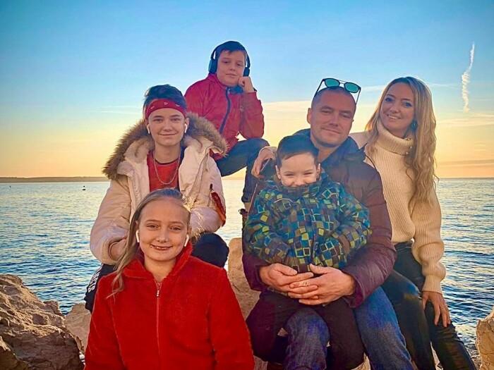 Роман со своей бывшей женой и четырьмя детьми