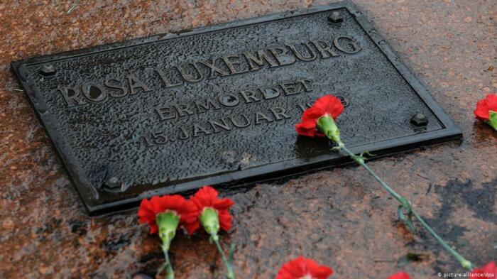 Могила Розы Люксембург традиционно усыпана красными гвоздиками