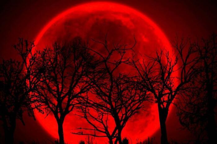 Багровый цвет луны называли кровавым и считали, что она окрашивается из-за войны, которая где-то проходит в данное время