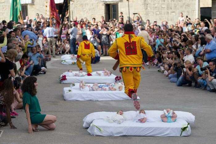 Такими прыжками испанцы очищают души младенцев