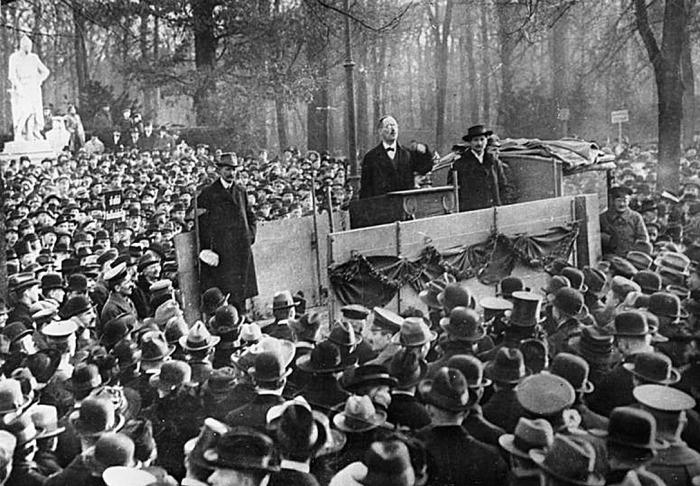 Карл Либкнехт выступает на митинге в поддержку забастовки