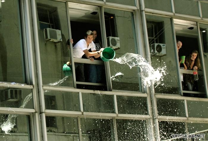 Кубинцы виливают воду из окон