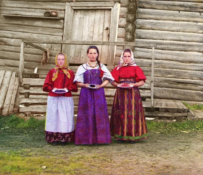 Крестьянские девушки с ягодами, Новгородская губерния (1909). Фотография Сергея Прокудина-Горского.