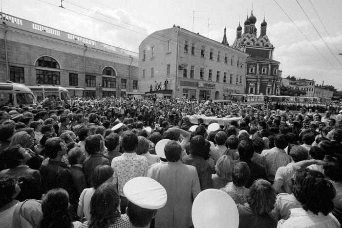 Десятки тысяч людей пришли проводить в последний путь Высоцкого