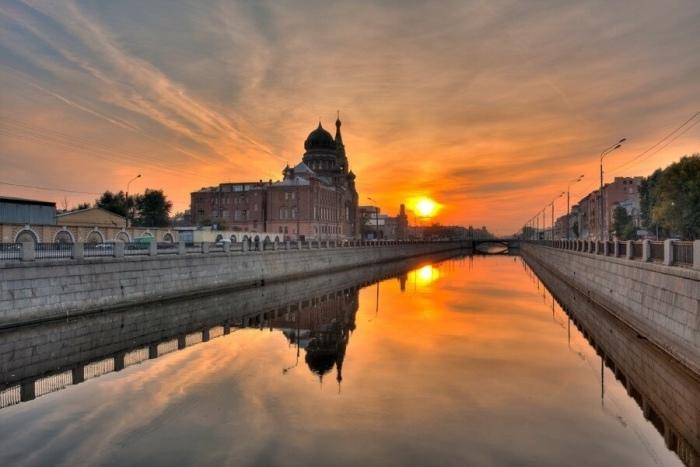 Обводной канал — самый крупный канал в Санкт-Петербурге, берет начало от реки Невы в районе Александро-Невской лавры и доходит до реки Екатерингофки