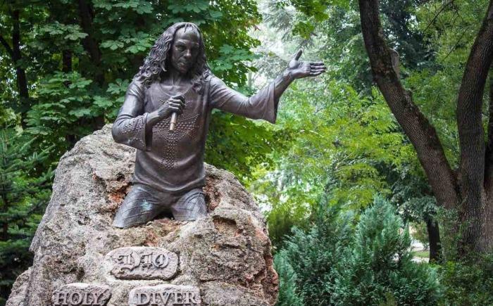 Очень интересный памятник установили Ронни Дио в Каварне