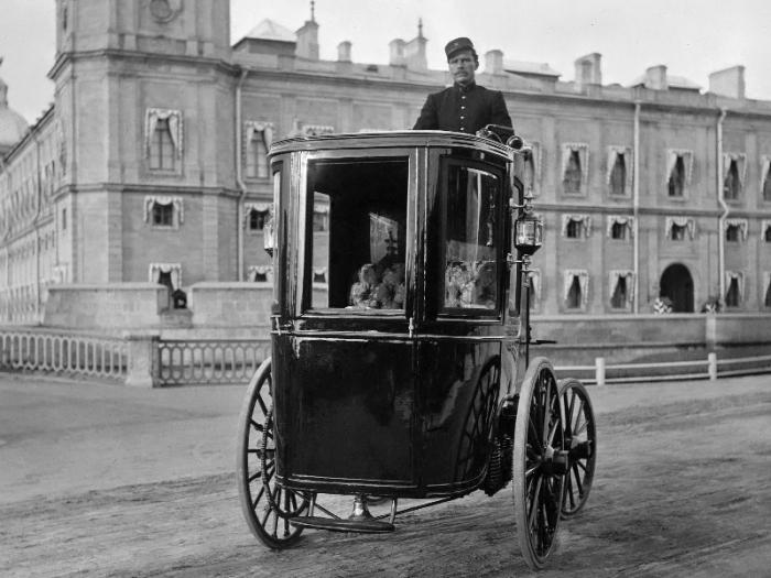 Романов на своем электромобиле с закрытым пассажирским салоном