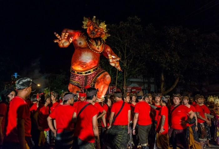 Сжигая чучела «ogoh-ogoh», жители Бали избавляются от злых духов острова