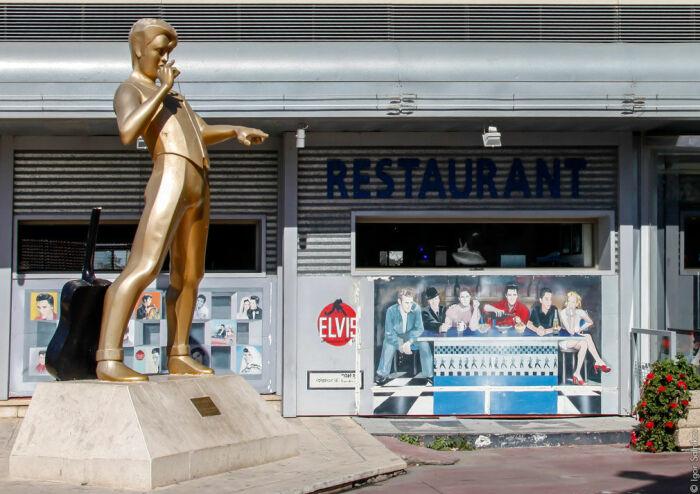 Многие из тех, кто направляется в Иерусалим стараются хоть ненадолго заскочить в кафе «Elvis»