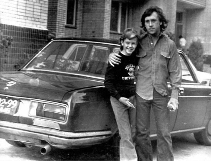 Высоцкий испытывал страсть не только к женщинам, но и к автомобилям. На фото Высоцкий с сыном Марины Влади