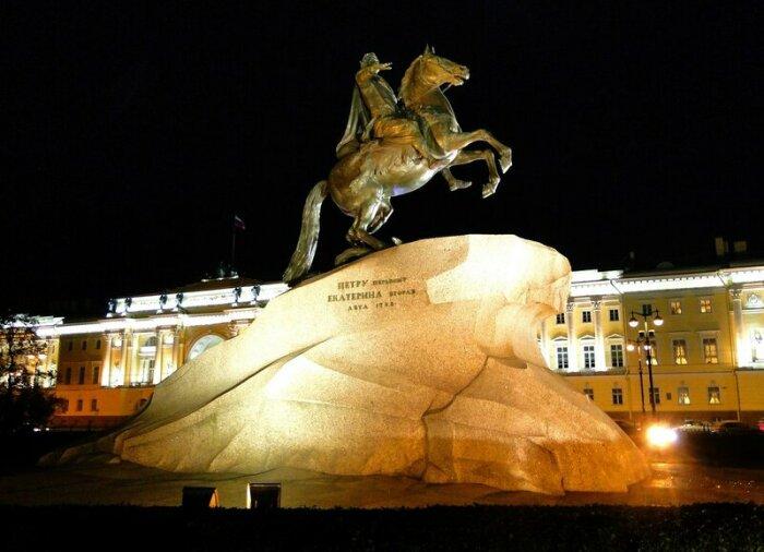 Медный всадник — памятник Петру I на Сенатской площади в Санкт-Петербурге работы скульптора Фальконе