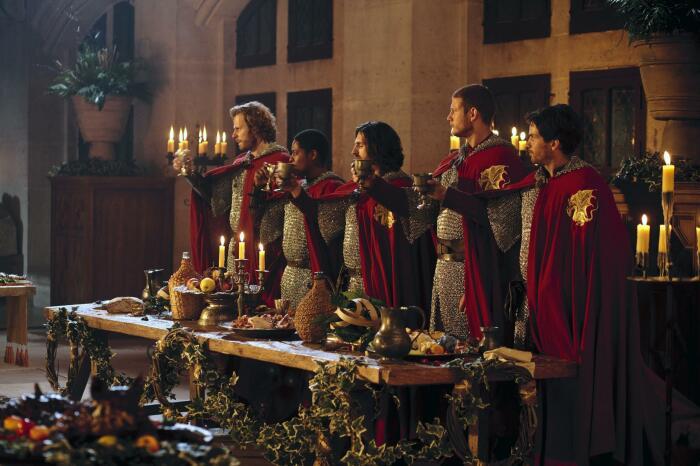 Рыцари во время чоканья бокалами выражали свое уважение и единство