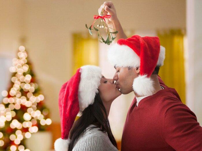 Поцелуй влюбленных под веткой омелы