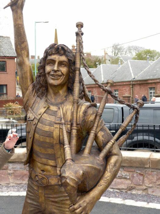 В Шотландии своего кумира решили изобразить с волынкой
