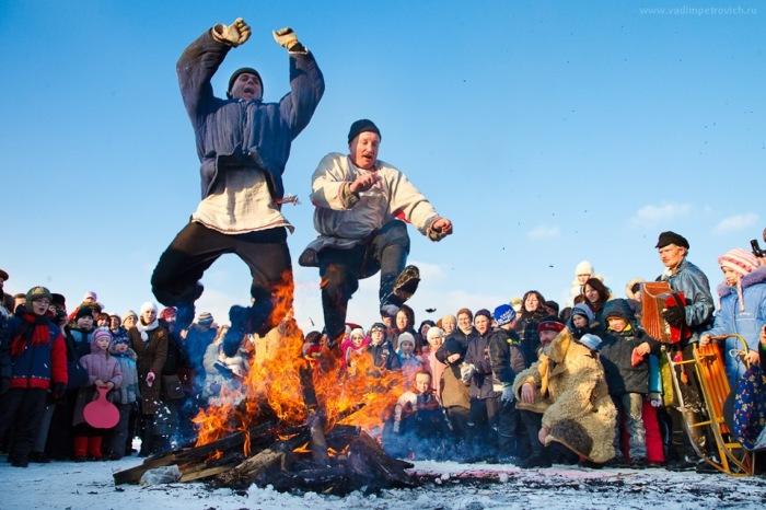 Прыжки через костер - старая забава славян