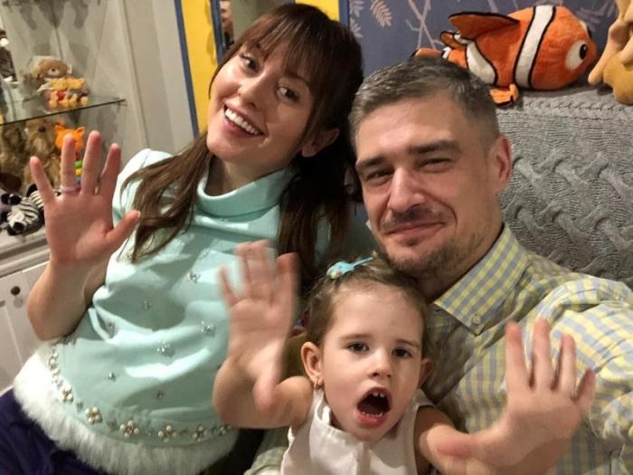 Счастливая Мария с мужем и дочкой