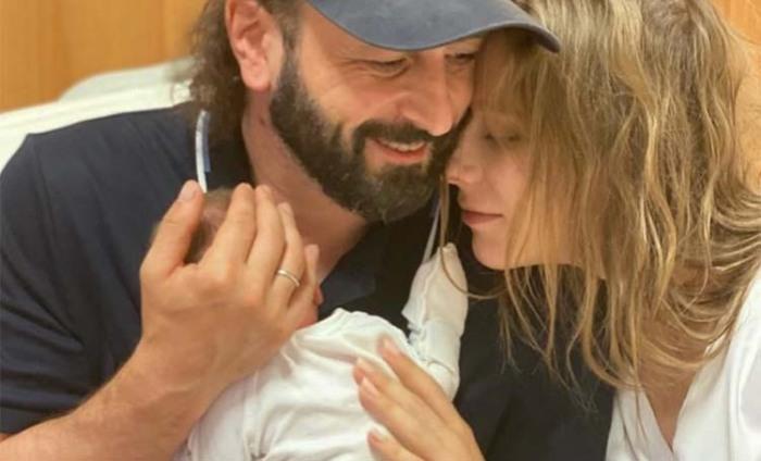 С помощью такого снимка звездная пара поделилась радостным событием, рождением сына