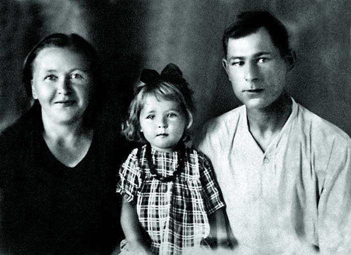 Редкое фото маленькой Раисы Рязановой с мамой и папой