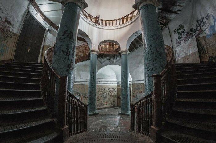Ротонда на Гороховой считается одним из самых мистических мест Санкт-Петербурга из-за городских легенд о проводившихся в ней масонских ритуалах