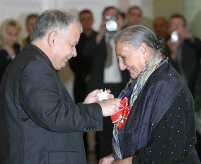 Президент Польши Лех Качиньский вручает орден Альфреде Марковской, 2006 г. / Фото: https://www.prezydent.pl