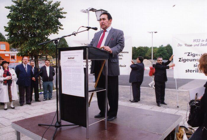 Отто Розенберг на памятном мероприятии в Берлине, сентябрь 1992 года. / Фото: www.roma-sinti-holocaust-memorial-day.eu