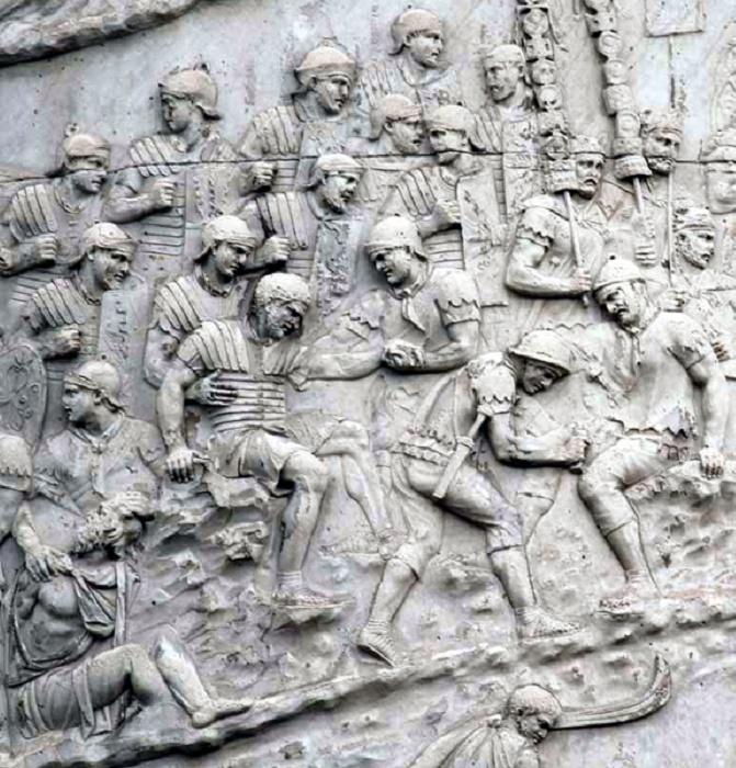 Санитары-капсарии оказывают помощь раненым. Фрагмент барельефа на колонне Траяна, Рим / Источник: pinterest.com