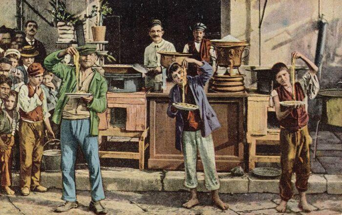 Неаполь. Соревнования по поеданию итальянской пасты. Открытка / Фото: www.hippostcard.com