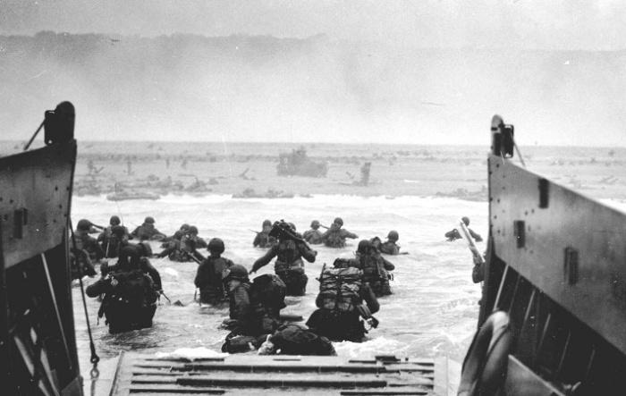 Высадка войск американской 1-й пехотной дивизии. Пляж «Омаха». Утро 6 июня 1944 года / Источник: wikipedia.org